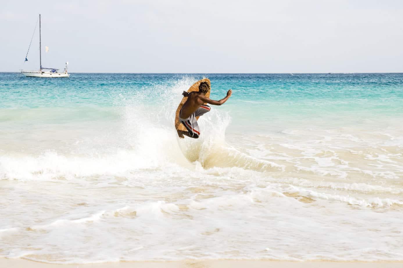 Surfer op de golven